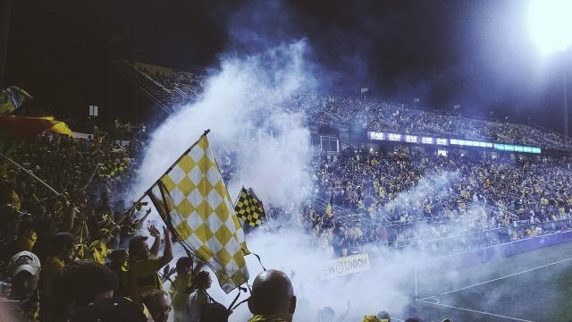 https://pixabay.com/de/stadion-fu%C3%9Fball-fans-fu%C3%9Fballstadion-931975/