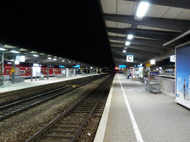 https://pixabay.com/de/bahnhof-bahnsteig-zug-bahn-167593/