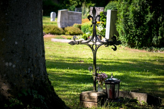 https://pixabay.com/de/friedhof-kreuz-grab-grabstein-1512486/