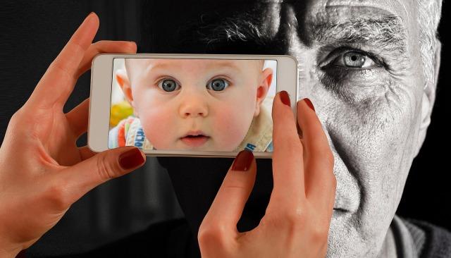 https://pixabay.com/de/smartphone-gesicht-mann-alt-baby-1790835/