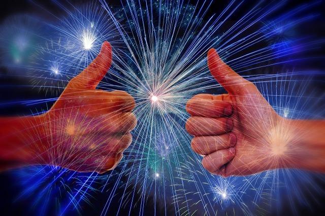 https://pixabay.com/de/feuerwerk-like-daumen-hoch-positiv-1638730/