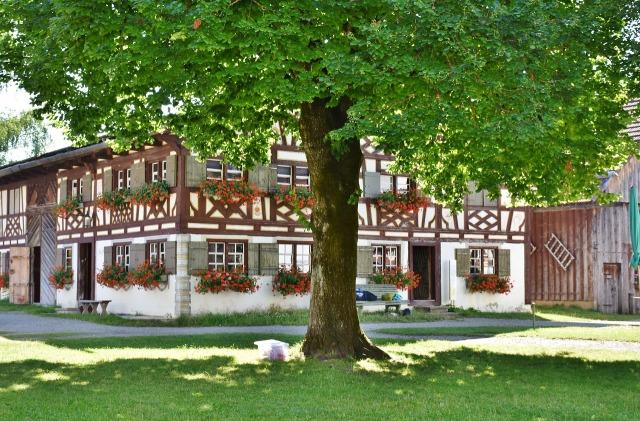 https://pixabay.com/de/bauernhof-geb%C3%A4ude-fachwerk-dach-1555163/