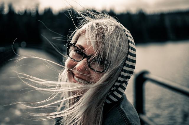 https://pixabay.com/de/m%C3%A4dchen-l%C3%A4chelnd-weiblich-frau-872149/