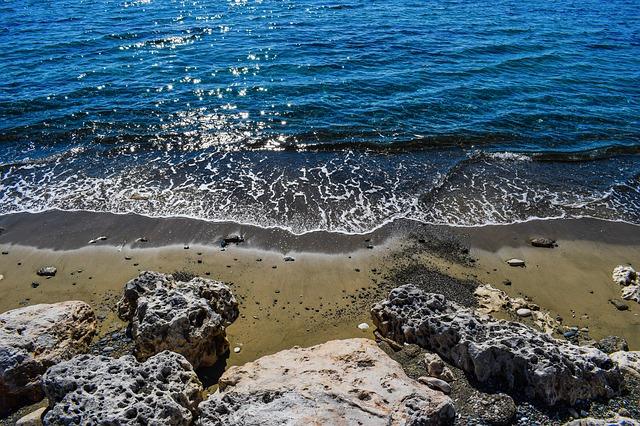 https://pixabay.com/de/klippe-strand-meer-welle-2116098/