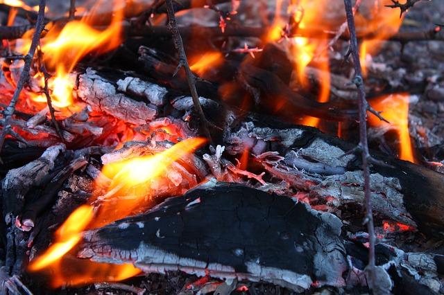 https://pixabay.com/de/feuer-glut-flamme-w%C3%A4rme-flammen-56677/