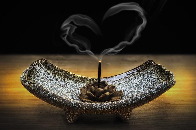 https://pixabay.com/de/weihrauch-rauch-liebe-liebende-g%C3%BCte-2042096/