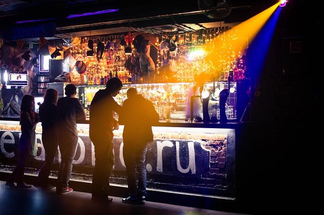 https://pixabay.com/de/club-bar-musik-licht-menschen-378021/