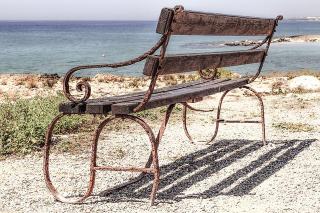 https://pixabay.com/de/bank-rostig-alte-holz-leer-2438917/