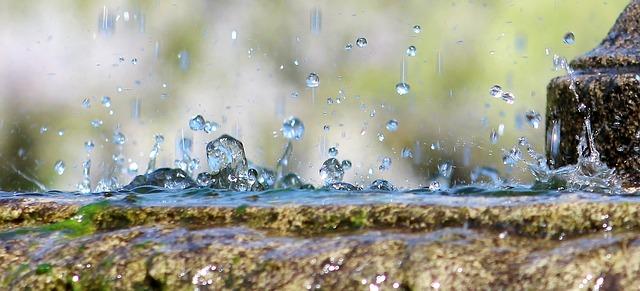 https://pixabay.com/de/wasser-brunnen-tropfen-regen-2630618/