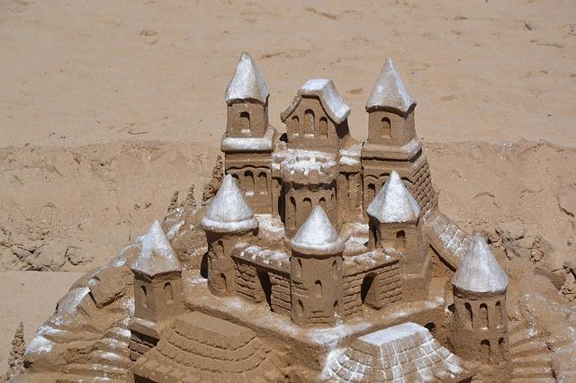 https://pixabay.com/de/burg-sand-strand-sandburg-meer-1633544/