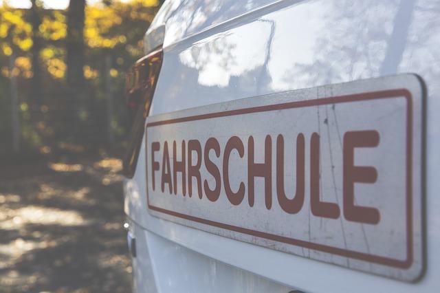 https://pixabay.com/de/fahrschule-autofahren-stra%C3%9Fen-1819155/