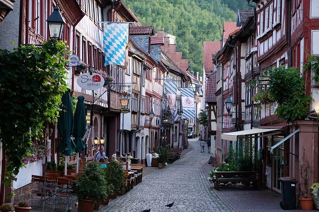 https://pixabay.com/de/altstadt-stra%C3%9Fe-geb%C3%A4ude-historisch-2495404/