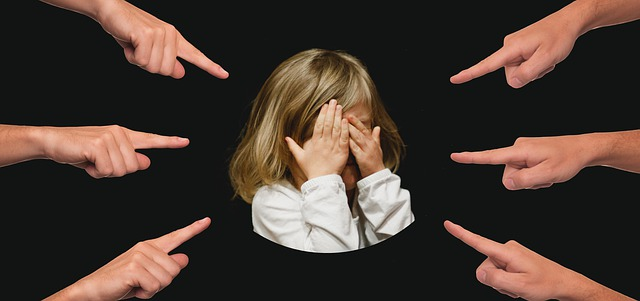 https://pixabay.com/de/mobbing-kind-finger-deuten-3089938/