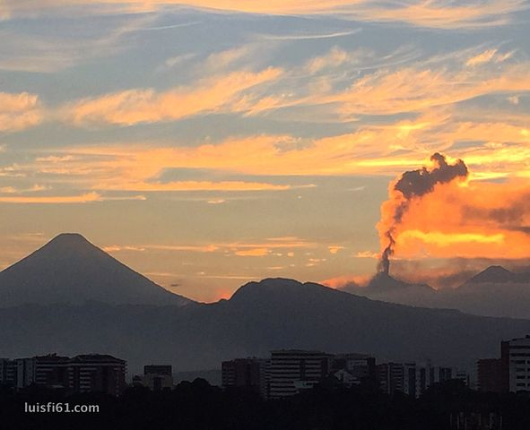 https://upload.wikimedia.org/wikipedia/commons/thumb/d/dd/161029-volcan-de-fuego-atardecer.jpg/591px-161029-volcan-de-fuego-atardecer.jpg