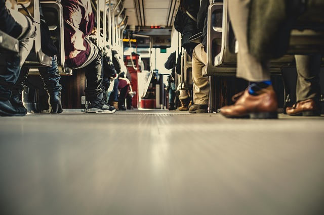 https://pixabay.com/de/bus-transport-menschen-gang-schuhe-690508/
