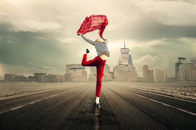 https://pixabay.com/de/m%C3%A4dchen-frau-lebensfreude-springen-2940655/
