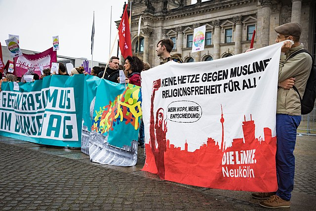 https://upload.wikimedia.org/wikipedia/commons/thumb/5/53/Protest_gegen_die_AfD_im_Bundestag_%2837851513006%29.jpg/640px-Protest_gegen_die_AfD_im_Bundestag_%2837851513006%29.jpg
