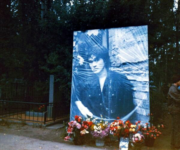 https://upload.wikimedia.org/wikipedia/commons/b/bf/Viktor_Tsoi_grave_1992_08.jpg