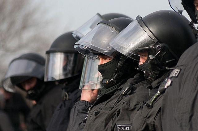 https://upload.wikimedia.org/wikipedia/commons/thumb/e/e9/Anti-Nazi-Demonstration_in_Dresden_2012-02-18_%2804%29.jpg/640px-Anti-Nazi-Demonstration_in_Dresden_2012-02-18_%2804%29.jpg