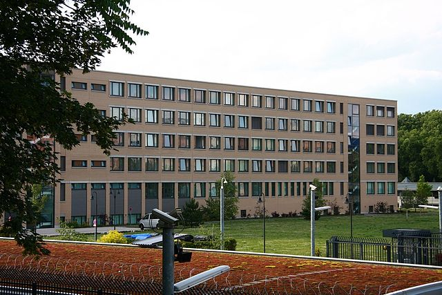 https://upload.wikimedia.org/wikipedia/commons/thumb/2/22/Verfassungsschutz_berlin.jpg/640px-Verfassungsschutz_berlin.jpg