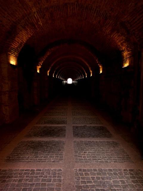 https://pixabay.com/de/h%C3%B6lle-tore-tunnel-teufel-b%C3%B6se-681998/