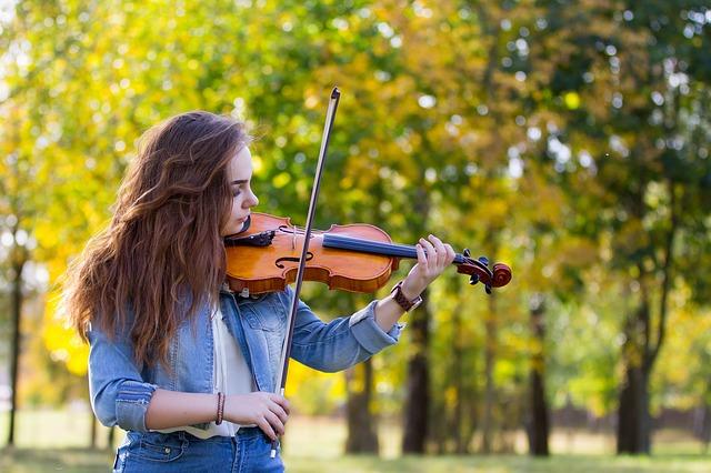 https://pixabay.com/de/herbst-m%C3%A4dchen-violine-spielen-3702845/
