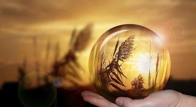 https://pixabay.com/de/kugel-hand-kristallkugel-glaskugel-2049981/