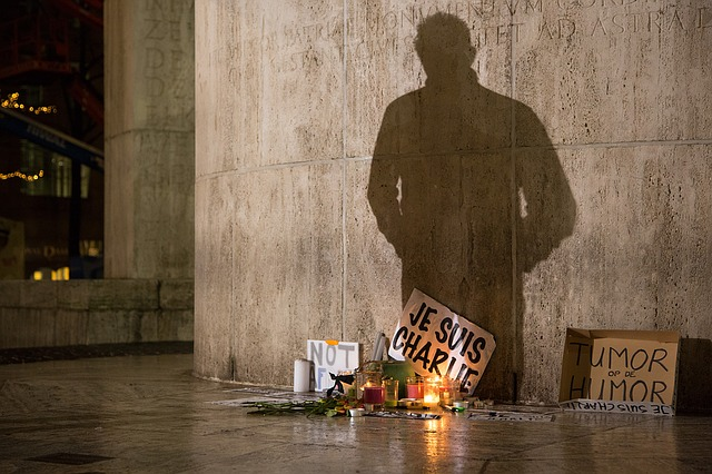 https://pixabay.com/de/protest-charlie-dam-lichter-licht-1273818/