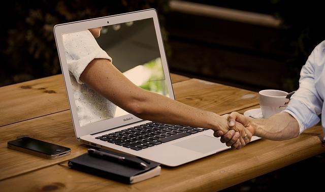 https://pixabay.com/de/h%C3%A4ndedruck-h%C3%A4nde-laptop-monitor-3382503/