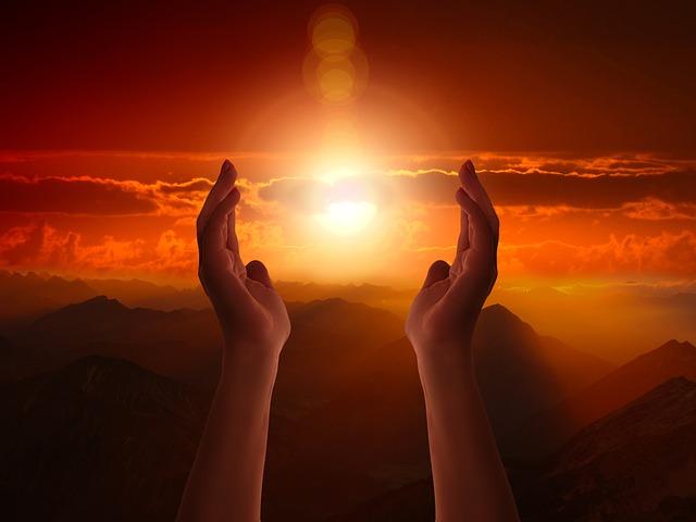 https://pixabay.com/de/religion-glaube-kreuz-licht-hand-3717899/
