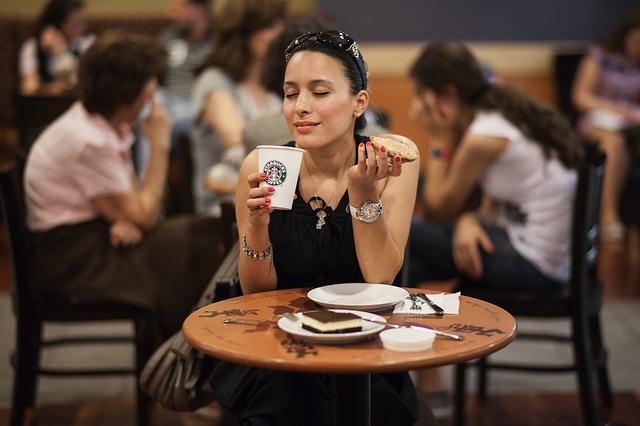 https://pixabay.com/de/frau-modell-essen-trinken-kaffee-2346309/