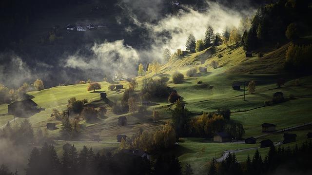 https://pixabay.com/de/landschaft-herbst-nebel-dorf-615429/