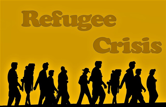 Die größten Verbrecher sind Industriestaaten Manchmal, und das zunehmend immer öfters, kann einem nur noch der Kragen platzen angesichts weltweiter Heuchelei, die gen Himmel stinkt. Ganz besonders was die dummdreiste Frechheit der Neuen Rechten anbelangt, Flüchtlinge dermaßen zu kriminalisieren, Asylheime anzuzünden, Hetzjagden gegen Ausländer zuzulassen, bis hinein in den Deutschen Bundestag diesen ekelhaften Haß auch noch zu rechtfertigen. Dabei wird schonungslos ebenso seitens offizieller Politik völlig ungeniert ein dermaßen harter Kurs verfolgt, Jean-Claude Junckers Anmahnung verdeutlicht dies, daß man sich nur noch wundern kann, wer hier wen hinters Licht führen möchte. Sehr wahrscheinlich allesamt ganz gezielt sich gegenseitig, einerseits die Hardliner Italien, Ungarn und Österreich, andererseits die EU selbst nebst bundesdeutscher Politiker wie ein Herr Seehofer. Insofern muß man in erster Linie die Industriestaaten als die größten Verbrecher betiteln. Übertrieben? Keineswegs. Fluchtursachen werden weiterhin lieber unter den Teppich gekehrt Allen voran nämlich diese nahezu grenzenlose Ausbeutung, Aufrüstung bis hin zu bewußt herbeigeführten Konflikten, die oftmals zu Kriegen eskalieren. Mit Blick gen Jemen z.B., wo laut UN-Bericht rund 20 Millionen Menschen auf humanitäre Hilfe angewiesen sind, weltweit ca. 70 Millionen Menschen auf der Flucht sind. Während die Festung Europa weiterhin standhält trotz etlicher Opfer im Mittelmeer, Schleueser nach wie vor ihre üblen Geschäfte ausüben, schaut es auch in Amerika nicht viel besser aus, erst recht nicht unter jenem Herrn Trump, dessen Rassismus widerlicher denn je sich austobt. Neben etlichen Lügen und Fakenews, die er selbst täglich von sich gibt, setzt er beim jüngsten Vorfall noch einen drauf, in dem er den Demokraten die Schuld am Tod von Flüchtlingskindern gibt. Genau, Humpty-Trumpty sat on his wall, fördert mit ihr erst recht jenen Krawall. Chancen aus diesem Dilemma? Unbedingt. Doch der politische Wille gr