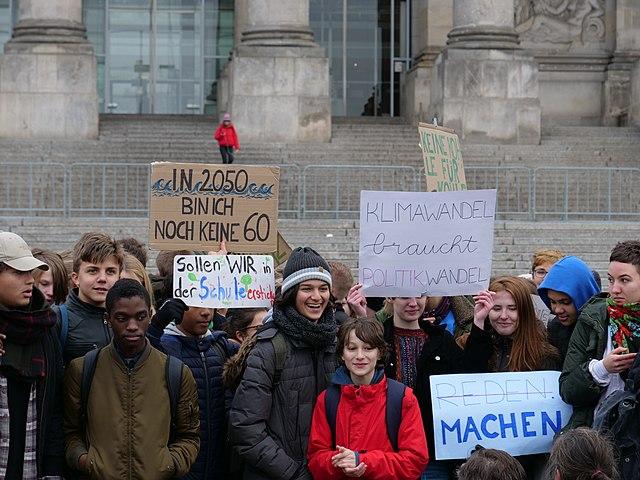 https://upload.wikimedia.org/wikipedia/commons/thumb/e/ea/%22FridaysForFuture%22_protest_Berlin_14-12-2018_20.jpg/640px-%22FridaysForFuture%22_protest_Berlin_14-12-2018_20.jpg