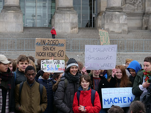 https://upload.wikimedia.org/wikipedia/commons/thumb/e/ea/%22FridaysForFuture%22_protest_Berlin_14-12-2018_20.jpg/640px-%22FridaysForFuture%22_protest_Berlin_14-12-2018_20.jpg