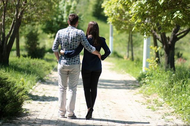 https://pixabay.com/de/paar-liebe-gehen-romantische-park-1363959/