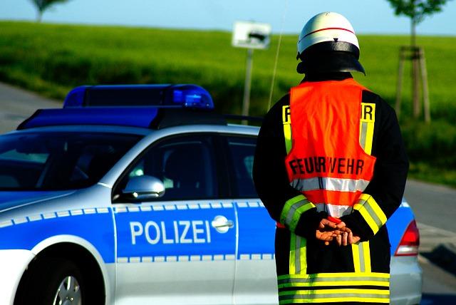 https://pixabay.com/de/feuerwehr-polizei-unfall-1857993/