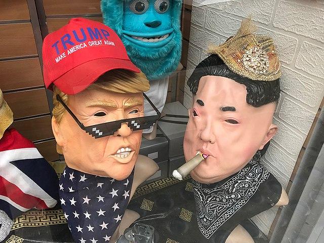 https://upload.wikimedia.org/wikipedia/commons/thumb/6/69/Trump_vs_Kim_%2843730413891%29.jpg/640px-Trump_vs_Kim_%2843730413891%29.jpg