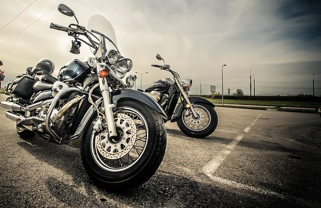 https://pixabay.com/de/motorrad-fahrrad-motorr%C3%A4der-verkehr-2197863/
