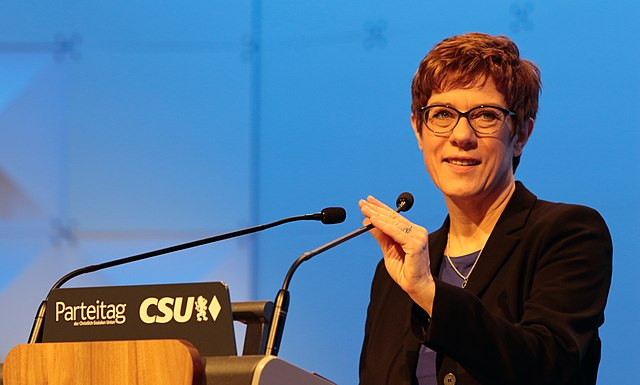 https://upload.wikimedia.org/wikipedia/commons/thumb/d/da/Annegret_Kramp-Karrenbauer.jpg/640px-Annegret_Kramp-Karrenbauer.jpg