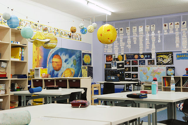 https://upload.wikimedia.org/wikipedia/commons/thumb/1/11/Klassenzimmer.jpg/640px-Klassenzimmer.jpg