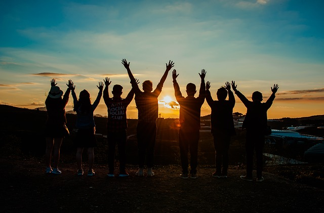 https://pixabay.com/photos/friends-sunrise-young-happy-3614311/