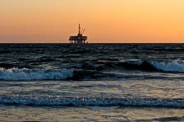 https://pixabay.com/photos/oil-rig-sea-oil-gas-drill-2191711/