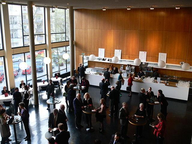 https://upload.wikimedia.org/wikipedia/commons/thumb/3/35/Berlin_Deutsche_Oper_Foyer_2.jpg/640px-Berlin_Deutsche_Oper_Foyer_2.jpg