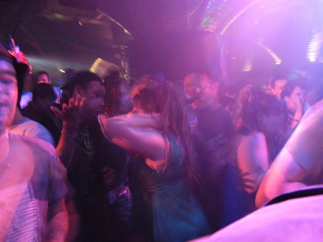 https://pixabay.com/photos/dancing-clubbing-dancers-nightclub-206740/