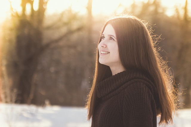 https://pixabay.com/photos/girl-portrait-winter-beauty-joy-2044514/
