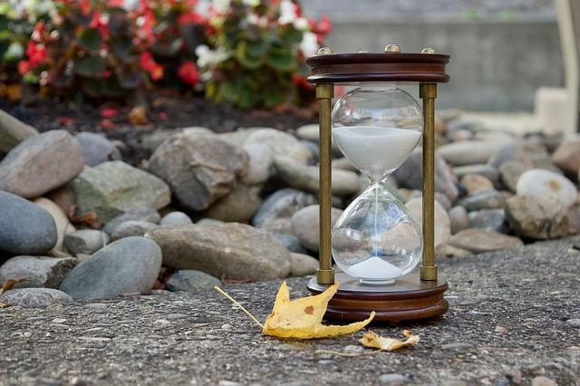 https://pixabay.com/photos/hourglass-sand-time-leaves-fall-2846641/