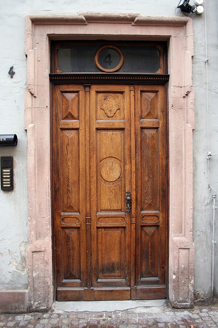 https://pixabay.com/photos/door-old-house-entrance-wood-input-614903/