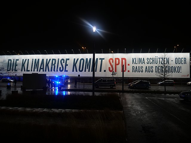 https://upload.wikimedia.org/wikipedia/commons/thumb/9/9e/Banner_in_front_of_CityCube_during_SPD_Parteitag_2019-12-06_08.jpg/640px-Banner_in_front_of_CityCube_during_SPD_Parteitag_2019-12-06_08.jpg