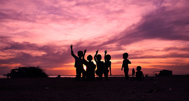 https://pixabay.com/photos/children-sunset-silhouette-wave-4480257/